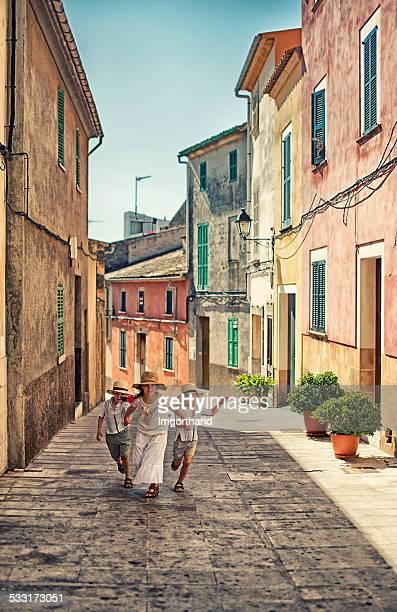 Enfants courir dans la ville méditerranéenne.
