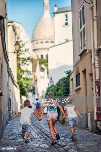 Enfants courir dans la rue de Paris de montmartre