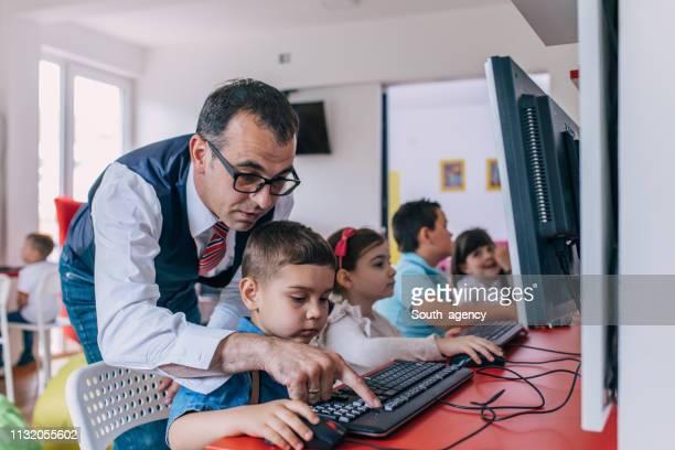 kinderschule für computer - unabhängige schulbildung stock-fotos und bilder