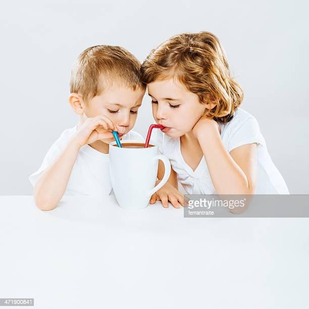 Los niños comparten Chocolate con leche