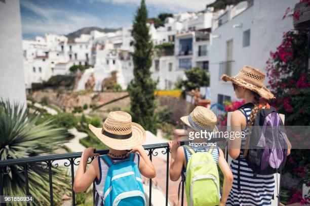 アンダルシアの白い村を観光の子供 - コスタ・デル・ソル ストックフォトと画像
