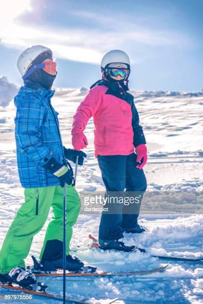 Kinderen skiën in de bergen