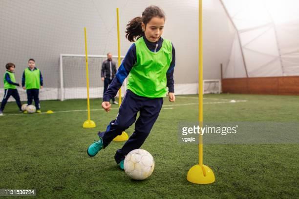 子供のサッカートレーニング - sports uniform ストックフォトと画像