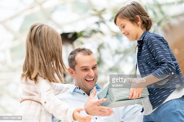 kids surprising their father with a gift for father's day - dia dos pais imagens e fotografias de stock