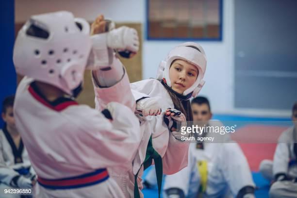 kinderen taekwondo klasse - judo stockfoto's en -beelden