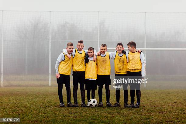 kids team photo after playing soccer. - alleen jongens stockfoto's en -beelden