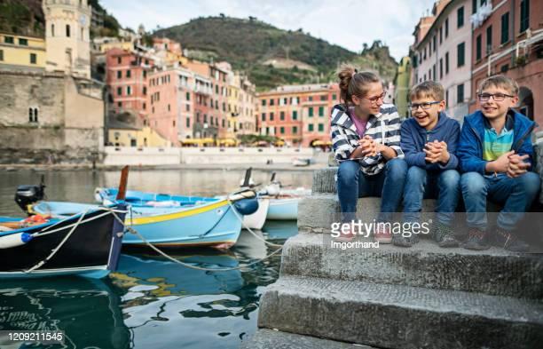 turista per bambini seduto nel porto di vernazza, cinque terre, italia - liguria foto e immagini stock