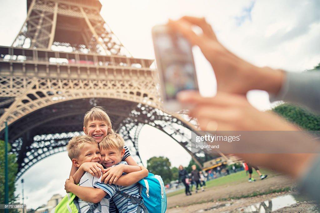 Kinder Touristen, lächelt in die Kamera, in der Nähe von Eiffelturm : Stock-Foto
