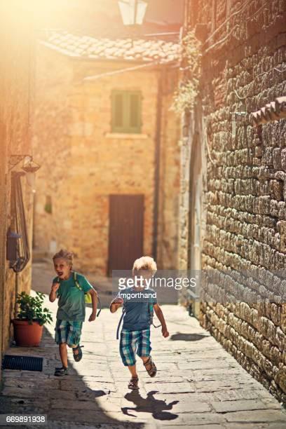Enfants des touristes qui visitent la belle ville italienne en Toscane