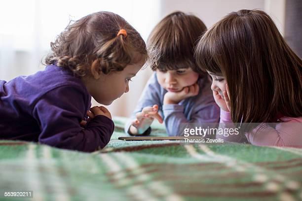 kids using a digital tablet - seulement des enfants photos et images de collection