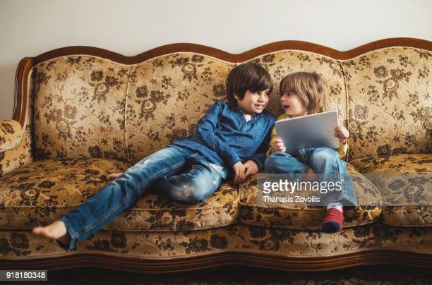kids using a digital tablet - image photos et images de collection