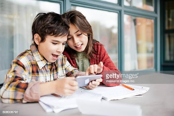 Crianças com cellphone para matemática