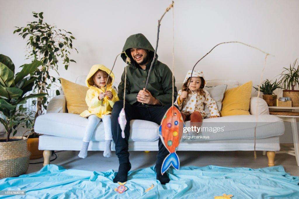 Kinder mit Vater spielen Angeln zu Hause : Stock-Foto