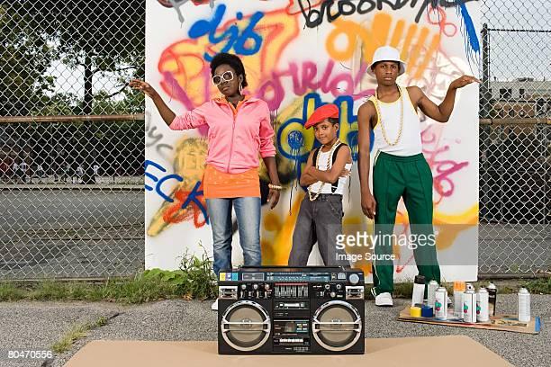 Kinder mit Stereoanlage und graffiti