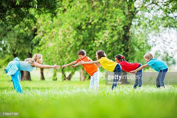 Kinder mit ihren PE Lehrer trainieren Sie im Freien.