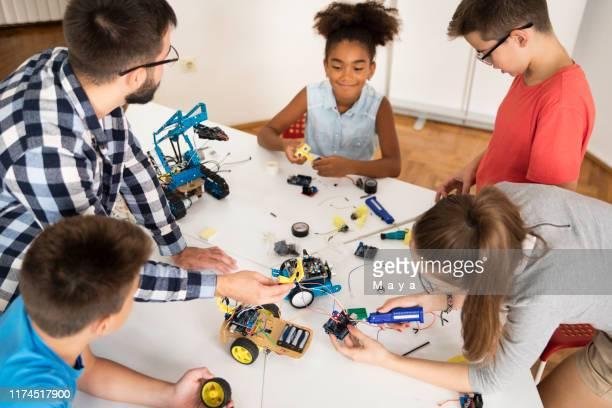 kids working on a robot design - ciência e tecnologia imagens e fotografias de stock