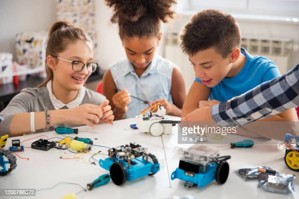 kids working on a robot design - model kit stock pictures, royalty-free photos & images
