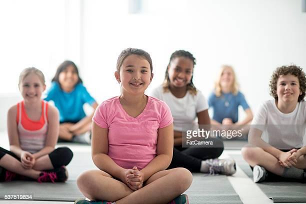 Niños de clases de Yoga en el gimnasio