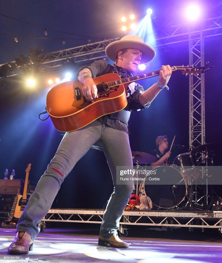 Kiefer Sutherland performs on day 4 of the Glastonbury Festival 2017 at Worthy Farm, Pilton on June 25, 2017 in Glastonbury, England.