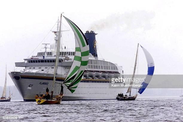 WOCHE 2001 Kiel Ein PASSAGIERSCHIFF kreuzt die Fahrlinie der AALREGATTA