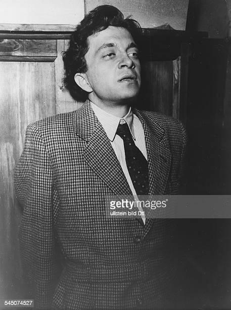 Kieling Wolfgang *Schauspieler D Portrait waehrend eines Hoerspiels 1956