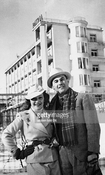 Kiepura Jan *Sänger PL mit seiner Frau Martha Eggerth vor demgemeinsamen Hotel in Zakopane / HoheTatra /Polen um 1936