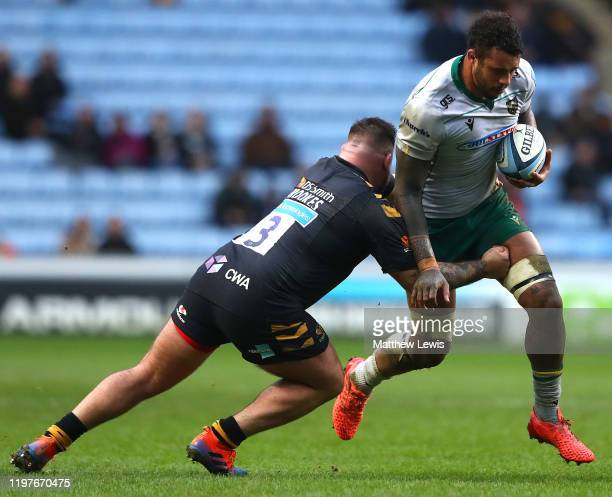 Kieran Brookes of Wasps tackles Courtney Lawes of Northampton Saints during the Gallagher Premiership Rugby match between Wasps and Northampton...