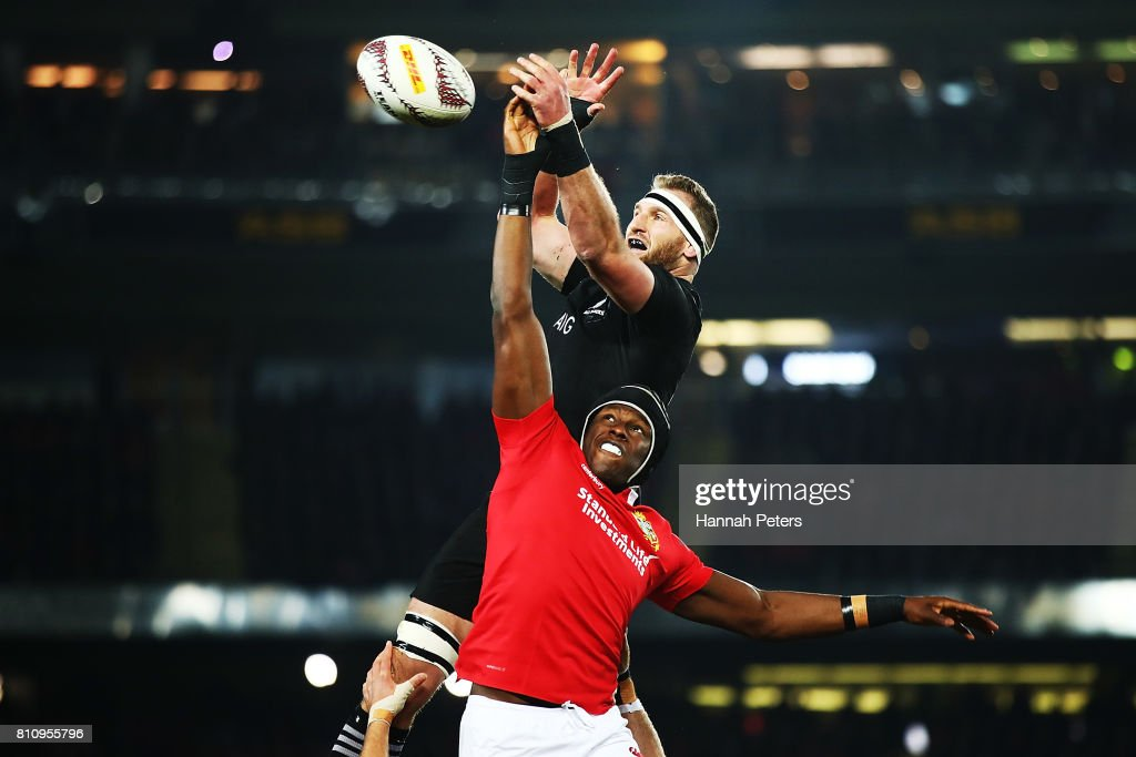 Kieran Read of the All Blacks competes with Maro Itoje of the Lions in the lineout during the Test match between the New Zealand All Blacks and the British & Irish Lions at Eden Park on July 8, 2017 in Auckland, New Zealand.