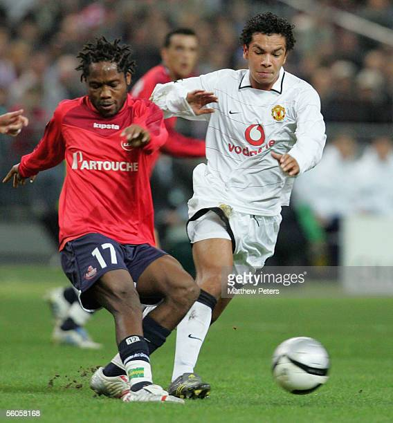 Kieran Richardson of Manchester United clashes with Jean Makoun of Lille during the UEFA Champions League match between Lille and Manchester United...