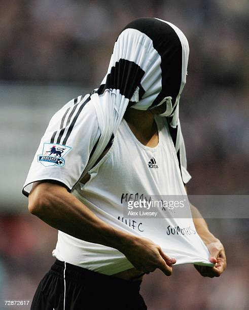 Kieron Dyer of Newcastle United shows a message on his TShirt wishing the fans a 'merry christmas' after scoring the opening goal during the Barclays...