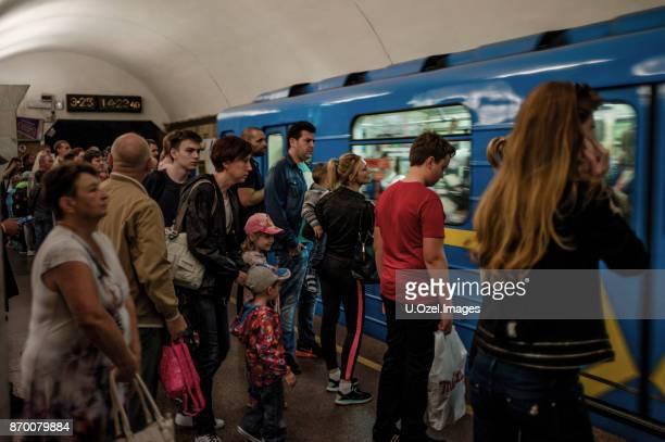 kiew - ukraine - u bahn stock-fotos und bilder