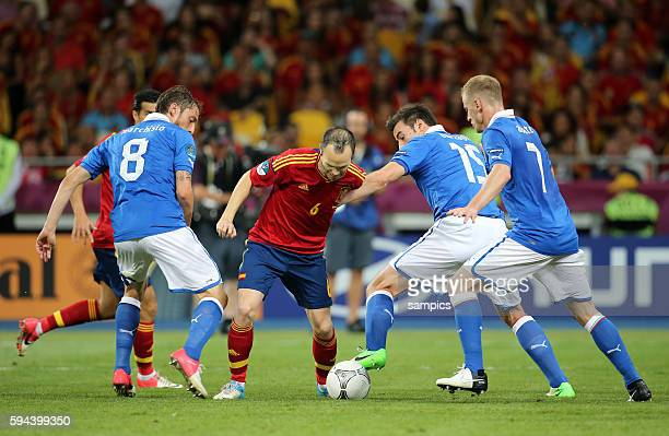 Andres Iniesta gegen Claudio Marchisio Andrea Barzagli Ignazio Abate Fussball EM 2012 Finale Spanien Italien 40 Final Spain italy 40 Kiew 172012