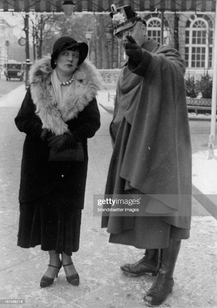 Kiki of Montparnasse, or Kiki (born October 2, 1901 in Chatillon-sur-Seine, Côte-d'Or / Burgundy; 29 April 1953 in Sanary-sur-Mer / Var; actually Alice Ernestine Prin), was a French singer/actress/ model and painter. In 1921 she became partner and preferred model of Man Ray - who said her body was from head to toe 'immaculate'. He made numerous photographs of her - including the famous photo of a seated woman, on whose backs are openings similar to those of the cello. The picture shows the singer in Berlin. She asks a police guard for directions. Germany. Photograph. About 1930. (Photo by Imagno/Getty Images) Kiki vom Montparnasse oder Kiki (* 2. Oktober 1901 in Châtillon-sur-Seine, Côte-d'Or/ Burgund; 29. April 1953 in Sanary-sur-Mer/ Var; eigentlich Alice Ernestine Prin) war eine französische Sängerin; Schauspielerin; Modell und Malerin. 1921 wurde sie Partnerin und bevorzugtes Modell von Man Ray, der sagte; ihr Körper sei von Kopf bis Fuß 'makellos'. Er machte von ihr zahlreiche Photographien - darunter das berühmte Photo einer sitzenden Frau, auf deren Rücken sich Öffnungen analog zu denen des Violoncellos befinden. Das Bild zeigt die Sängerin in Berlin. Sie fragt einen Schutzpolizisten nach dem Weg. Deutschland. Photographie. Um 1930.