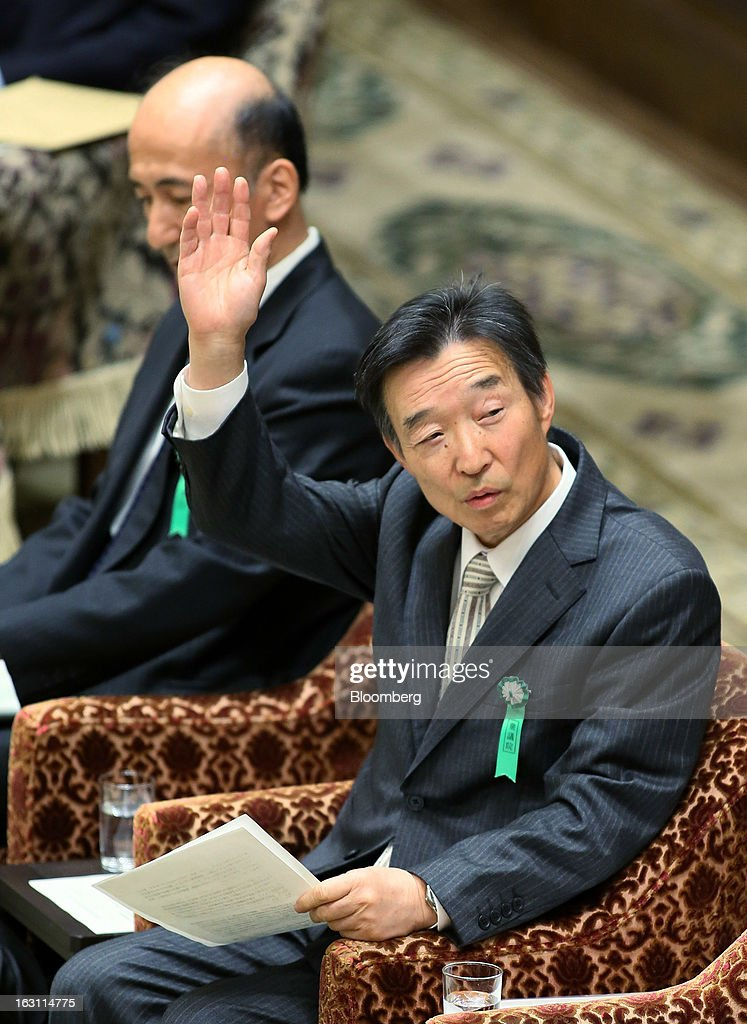 Kikuo Iwata, professor of economics at Gakushuin University and nominee for deputy governor of the Bank of Japan (BOJ), right, raises his hand as Hiroshi Nakaso, assistant governor and executive director of the BOJ and nominee for second deputy governor of the BOJ, looks on during a confirmation hearing at the lower house of Parliament in Tokyo, Japan, on Tuesday, March 5, 2013. The Bank of Japan should buy longer-term bonds to help it achieve a 2 percent inflation target, said Iwata. Photographer: Haruyoshi Yamaguchi/Bloomberg via Getty Images