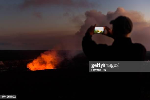 kilauea volcano's lava lake glows in the dark - kīlauea volcano stock pictures, royalty-free photos & images