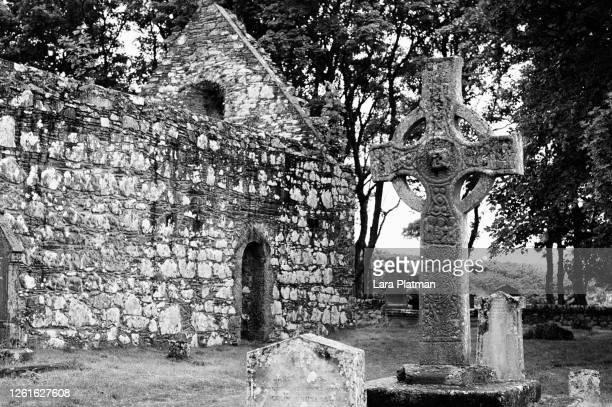 kildalton church and cross - lara platman stock pictures, royalty-free photos & images