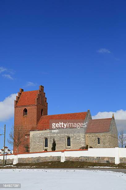 kildebroende landsby kirke parish church - pejft stock pictures, royalty-free photos & images