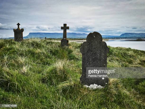 killaspugbrone cemetery with benbulben mountain in the background - grabmal stock-fotos und bilder