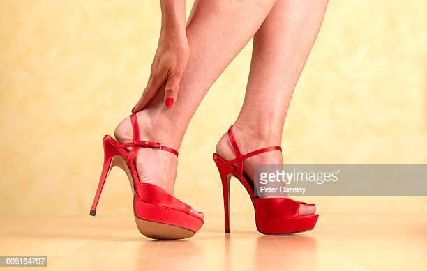 killer heels pain - peep toe schuh stock-fotos und bilder