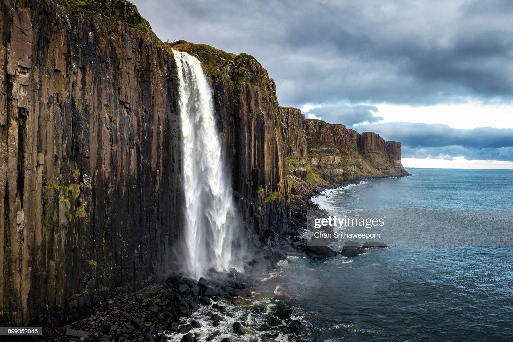 Kilt Rock and Mealt Falls , Isle of Skye, Scotland, UK. : Foto de stock