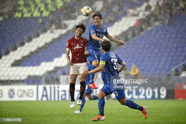Kim Bokyung of Ulsan Hyundai and Yuki Muto of Urawa Red Diamonds compete for the ball during the AFC Champions League round of 16 second leg match...