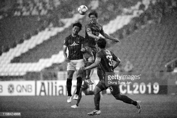Kim Bo-kyung of Ulsan Hyundai and Yuki Muto of Urawa Red Diamonds compete for the ball during the AFC Champions League round of 16 second leg match...