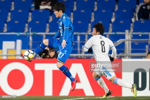 Kim ChangSoo of Ulsan Hyundai FC fights for the ball with Hiroyuki Abe of Kawasaki Frontale during the AFC Champions League 2018 Group F match...