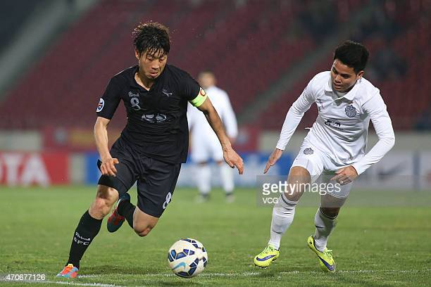 Kim Do-heon of Seongnam FC and Theerathon Bunmathan of Buriram United battle for the ball during the AFC Champions League Group F match between...