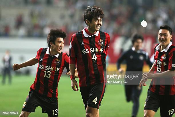 Kim Dong-Woo of FC Seoul celebrates with team mates after winning the penalty shootout during the AFC Champions League Round Of 16 match between FC...