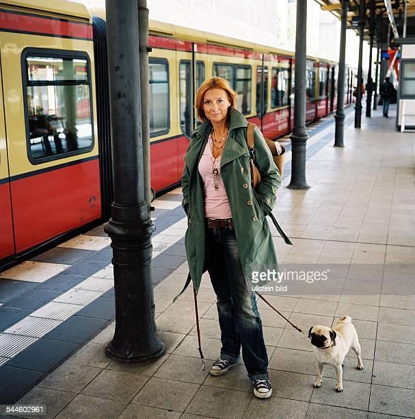 Kim Fisher Moderatorin Musikerin Schlager D mit Hund auf einem Bahnsteig