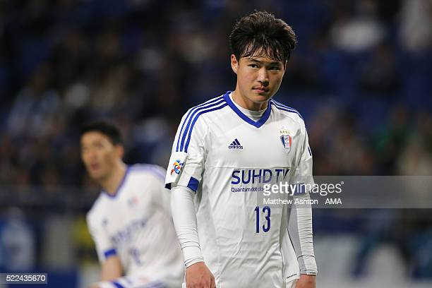 Kim Gunhee of Suwon Samsung Bluewings during the AFC Champions League Group G match between Gamba Osaka and Suwon Samsung Bluewings at Suita City...