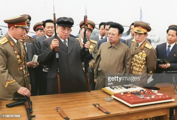 Kim Il-sung et Kim Jong-il inspectant des fusils d'assaut de l'armée nord-coréenne, en juin 1975, Corée du Nord.