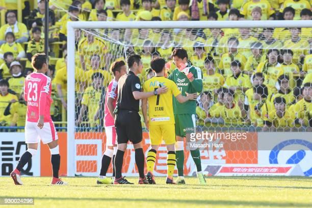 Kim Jin Hyeon of Cerezo Osaka explains to Hidekazu Otani and referee during the JLeague J1 match between Kashiwa Reysol and Cerezo Osaka at Sankyo...