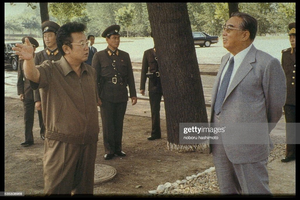 Kim Jong-il with his father Kim Il-sung : News Photo